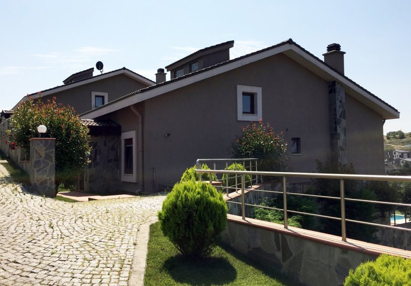 5 Bedrooms Villa with Pool in a Compounded Area - 2