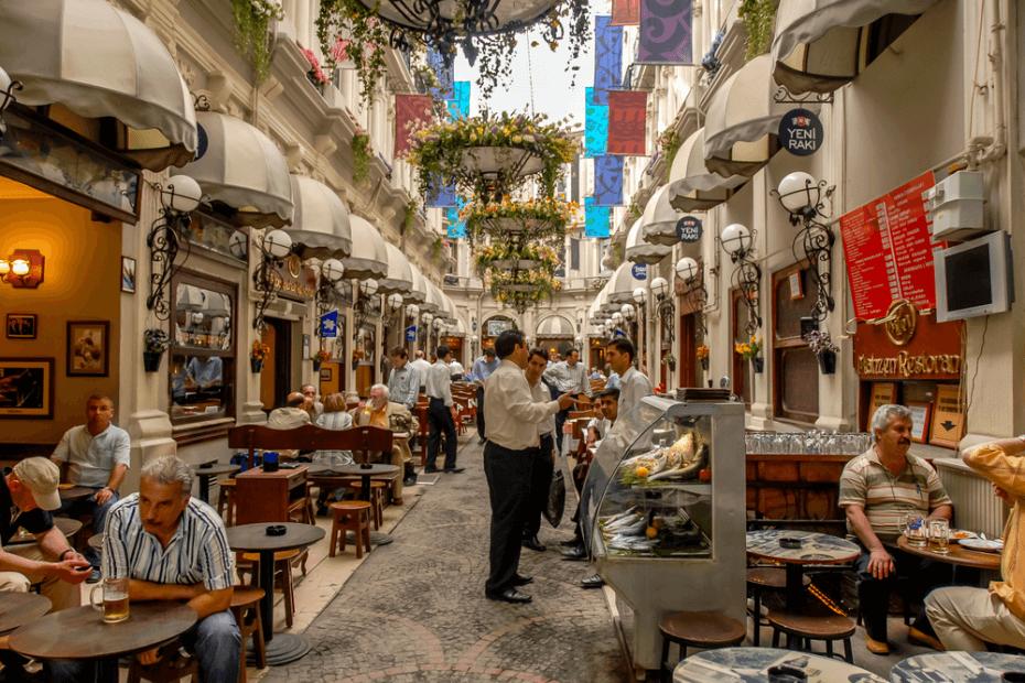 عالم صغير خاص بإسطنبول؛ الممرات