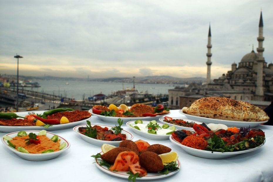 استنبول کی گلیوں میں پکوان